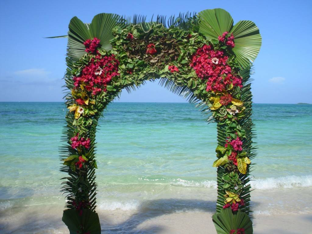 Beach-wedding-arch-decoration-ideas-with-outdoor-wedding-decorating-in-a-beach-with-flower