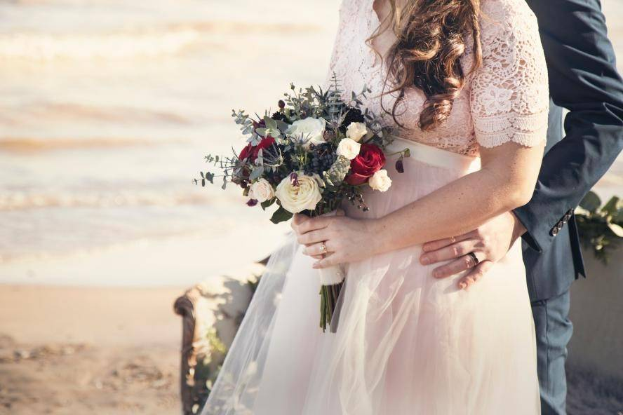 5 Breathtaking Beach Wedding Looks